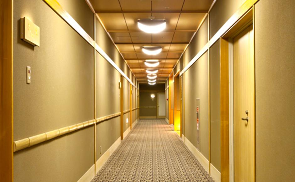和室【13畳】禁煙ルームへ続く廊下