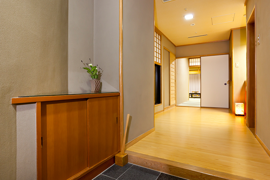 西館 6階客室(客室玄関)